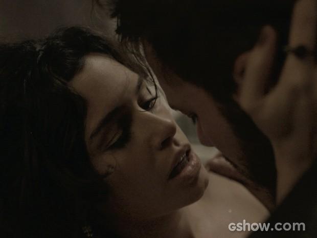 Camila e Kiko se pegam no banheiro (Foto: O Rebu / TV Globo)