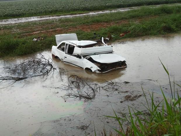 Após sair da pista, carro com sete pessoas caiu em vala com água (Foto: Eliezer Gouveia/ Extra de Rondônia)