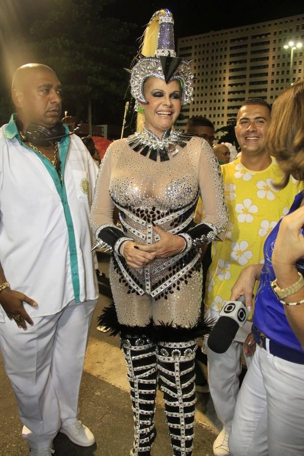 Monique Evans se prepara para desfilar na Sapucaí, RJ (Foto: Isac Luz / EGO)