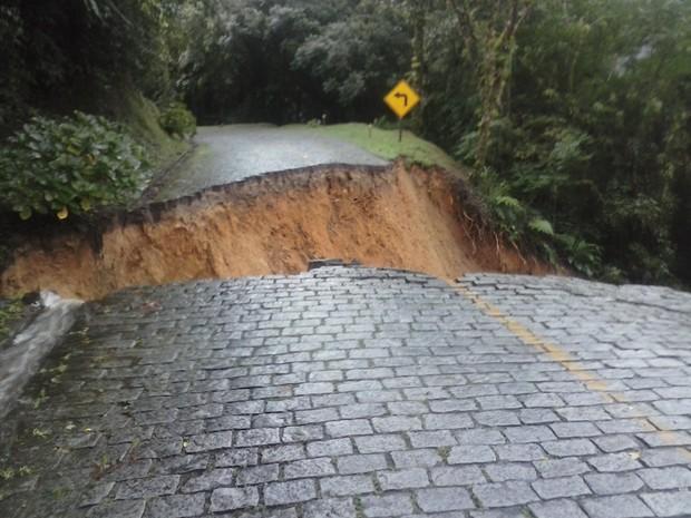 Por segurança, 100 metros da rodovia foram interditados (Foto: Divulgação/PRE)