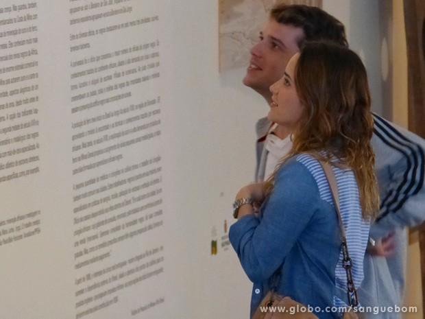 Mau e Malu passeiam no museu (Foto: Guerra dos Sexos / TV Globo)