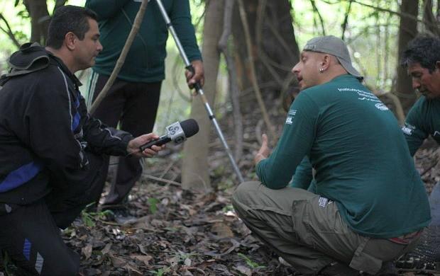 Repórter Luciano Abreu conversou com cientistas na Reserva de Desenvolvimento Sustentável de Mamirauá (Foto: Instituto Mamirauá)