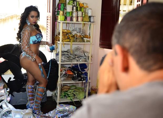 Raíssa de Oliveira, rainha de bateria da Beija-Flor, em ensaio para o Paparazzo (Foto: Roberto Teixeira/Paparazzo)