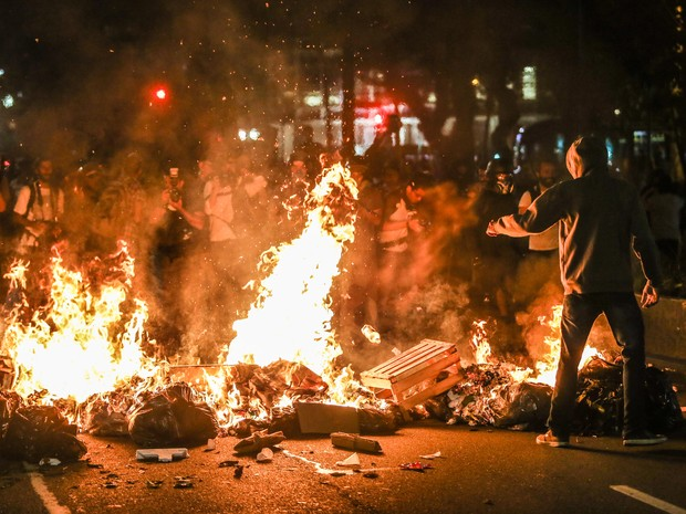 Manifestantes montam barricada no centro de São Paulo durante ato de estudantes contra a reorganização escolar, nesta quarta, 9 (Foto: Tiago Queiroz/Estadão Conteúdo)