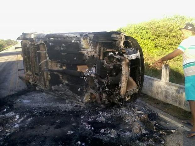 Quadrilha incendiou carro para bloquear estrada  (Foto: Francisco Damião)