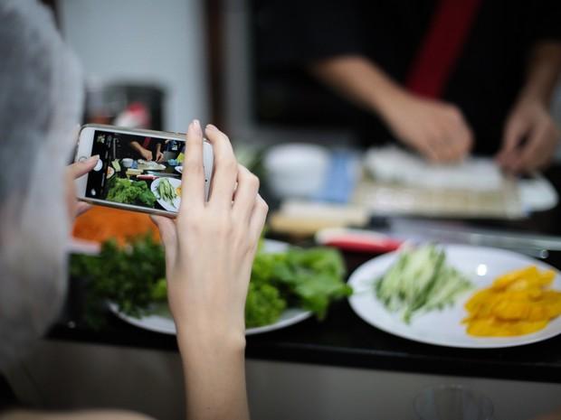 734659c7bf6 Participantes usam celulares para compartilhar pratos de sushi (Foto   Jonathan Lins G1)