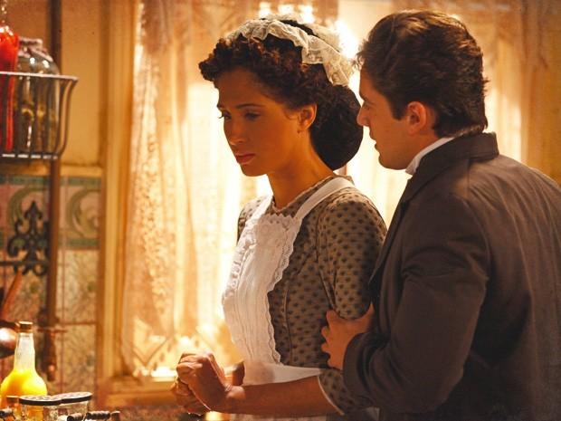 Feito lobo em pele de cordeiro, Albertinho surpreende Isabel: 'Quer casar comigo?' (Foto: Divulgação/TV Globo)