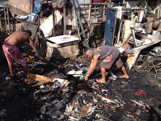 Dois barracos em comunidade de Olinda foram atingidos pelo fogo (Foto: Kety Marinho/TV Globo)