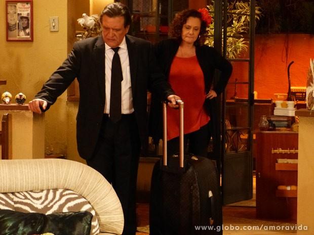 Atílio fica com medo de proximidade entre Márcia e Paloma (Foto: Amor à Vida)