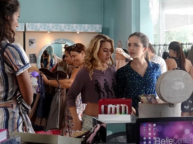Flaviana não consegue se conter de ciúmes de suas roupas (Foto: Malhação / TV Globo)