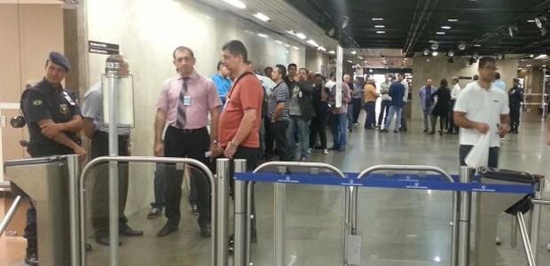 Interessados fazem fila no Banco Central, em Brasília, para comprar moedas comemorativas da Copa (Foto: Alexandro Martello/G1)