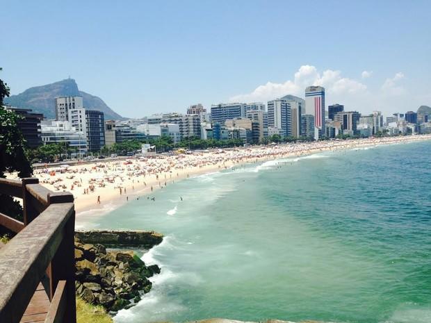 Praia do Leblon, na Zona Sul do Rio, lotada neste sábado (8) (Foto: Isabela Marinho/G1)