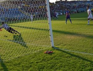 Com gol de Lenílson, Botafogo-PB vence e garante vaga na Série C de 2014 (Foto: Phelipe Caldas / Globoesporte.com/pb)