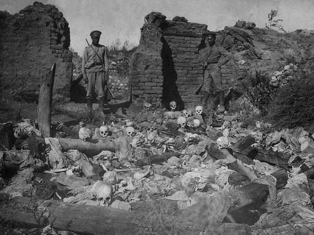 Primeira Guerra: Ossada de armênios queimados vivos por soldados turcos em 1915. (Foto: Acervo/The Armenian Genocide Museum-Institute)