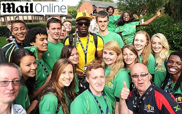 Bolt com os voluntários nas olimpíadas de Londres (Foto: Reprodução / Daily Mail)