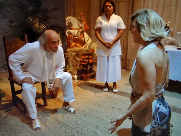 Pai de santo aconselha a loira (Foto: TV Globo)