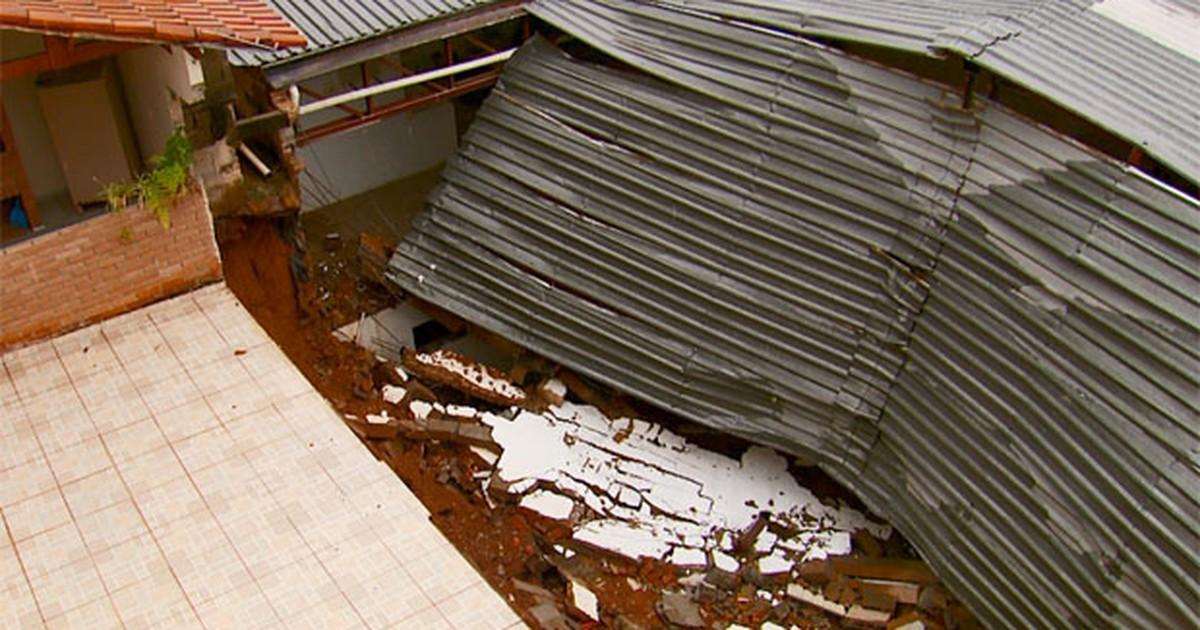 Famílias são retiradas de casa após desmoronamento em Varginha ... - Globo.com