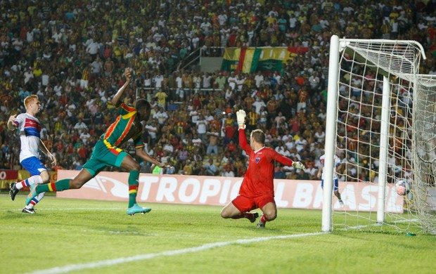 Célio Codó, do Sampaio, faz gol contra Fortaleza no Brasileiro Série C (Foto: Paulo Soares / O Estado)