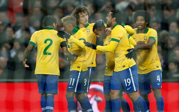 Fred gol Brasil x Inglaterra (Foto: Reuters)