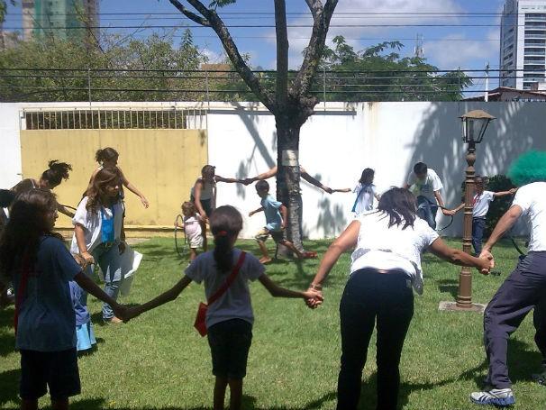Crianças e seus responsáveis em atividade recreativa  (Foto: Divulgação)