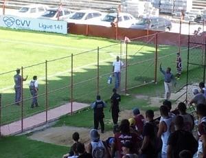 Vito Capucho, preparador de goleiros do Espírito Santo FC, foi expulso do banco de reservas (Foto: Bruno Marques/Globoesporte.com)