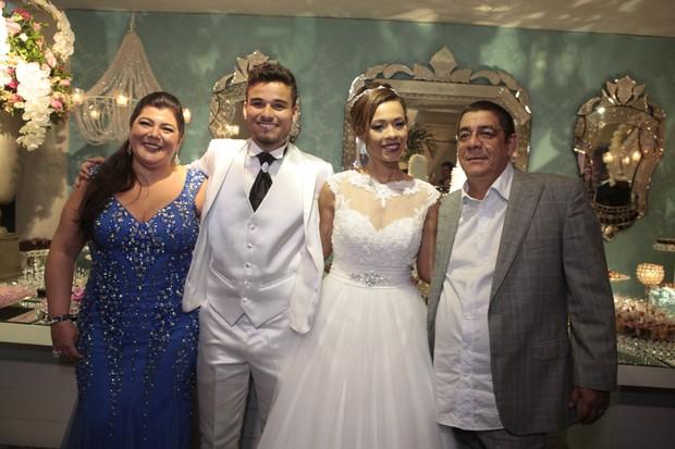 Juliana Diniz e Michel Siqueira com Zeca Pagodinho em casamento na Zona Oeste do Rio (Foto: Isac Luz/ EGO)
