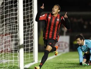 Edigar Junio gol Atlético-PR (Foto: Geraldo Bubniak / Ag. Estado)