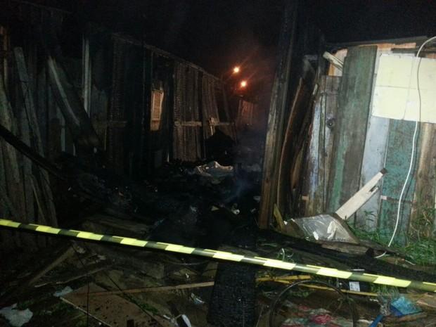 Incêndio atingiu casebre de madeira e matou três crianças em Cachoeirinha, RS (Foto: Paulo Ledur/RBS TV)