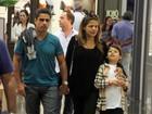 Grávida, Nívea Stelmann faz compras com o filho e o marido