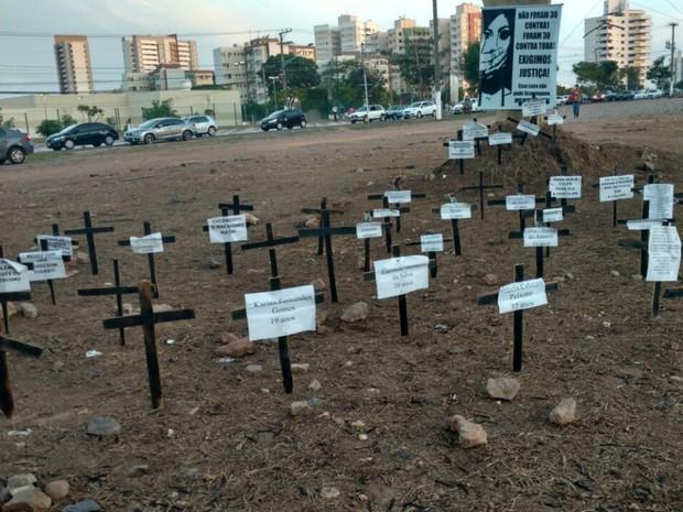 Cemitério montado na praça lembrou vítimas de estupro em Mato Grosso (Foto: Lislaine dos Anjos/G1)
