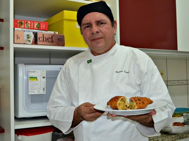 Marcos Torres usou tucupi e jambu para dar ainda mais sabor a saltenha (Foto: Quésia Melo/G1)