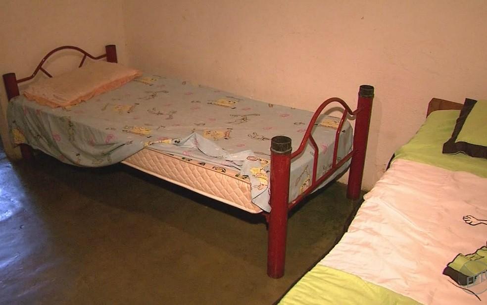 Menino de 5 anos foi jogado pela mãe na cama e bateu a cabeça em móvel (Foto: Reprodução/EPTV)