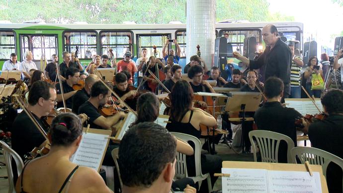 Ônibus, passageiros e uma orquestra dividiram o mesmo espaço no Terminal de Laranjeiras (Foto: Divulgação / TV Gazeta ES)