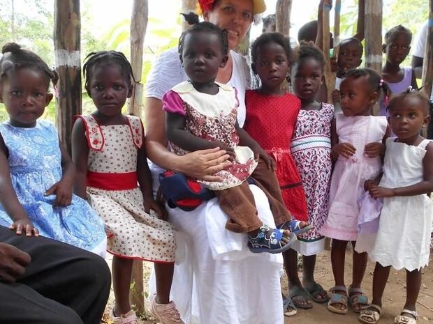 Missionária levou os vestidos para as meninas no Haiti (Foto: Márcia Jacob/Arquivo Pessoal)