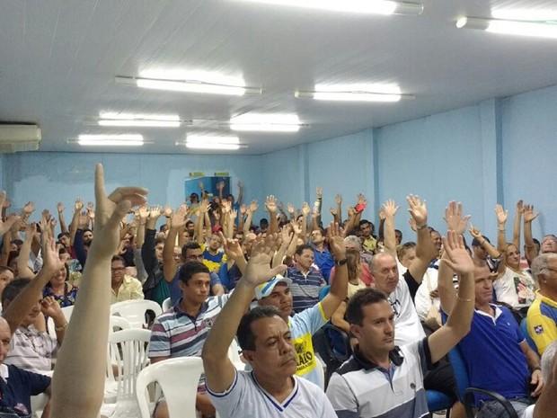 Funcionários votam pelo reajuste salarial durante assembleia (Foto: Vitória de Alencar / G1)