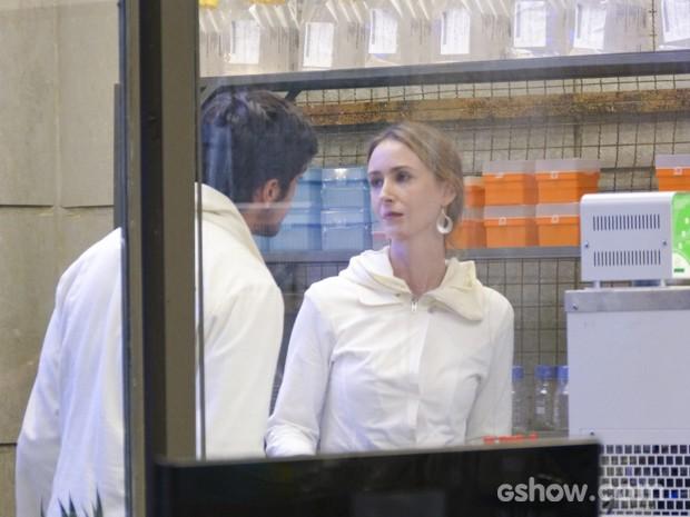 Marlon quer saber quem mexeu em seu computador, mas Angelique não dá satisfações a ele (Foto: Além do Horizonte/TV Globo)