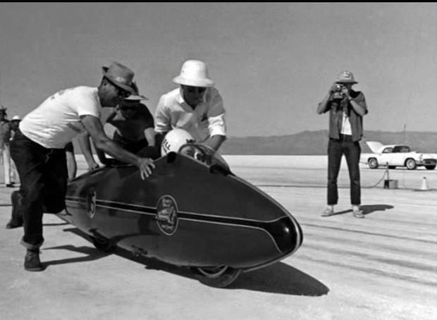 Munro acelerando sua Indian numa tomada de tempo. (Foto: Reprodução-montagem/Frame do vídeo Burt Munro Tribute Worlds Fastest Indian) (Foto: Reprodução/Frame do vídeo Burt Munro Tribute Worlds Fastest Indian)