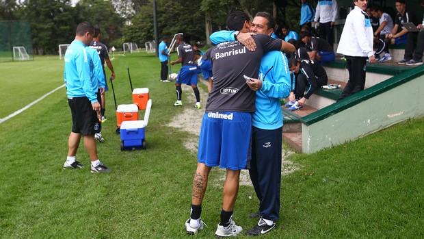 André Santos dá abraço de feliz aniversário a Luxa antes de treino do Grêmio (Foto: Lucas Uebel/Grêmio FBPA)