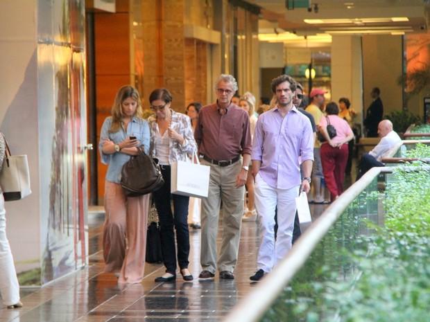 Lilia Cabral com o mairdo e Paulo Rocha com a namorada em shopping no Rio (Foto: Daniel Delmiro/ Ag. News)