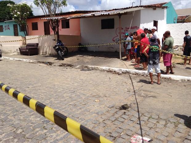 Jovem de 25 anos foi assassinado no bairro do Cristo Redentor (Foto: Walter Paparazzo/G1)
