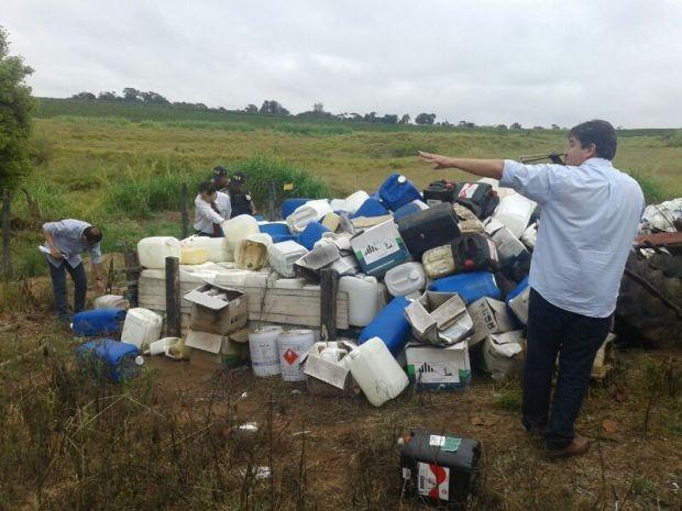 Fiscalização também flagrou manuseio irregular de agrotóxicos  (Foto: Fernando Degaspari/ TV TEM)