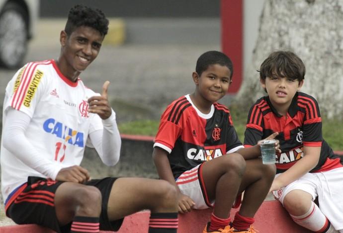 Gabriel, destaque do treino, com os filhos de Márcio Araújo e Oswaldo de Oliveira (Foto: Gilvan de Souza / Flamengo)
