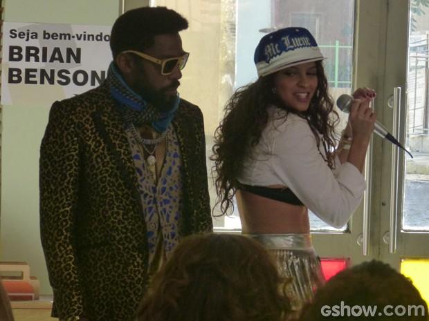Luene atrapalha apresentação e começa a cantar funk (Foto: Geração Brasil / TV Globo)