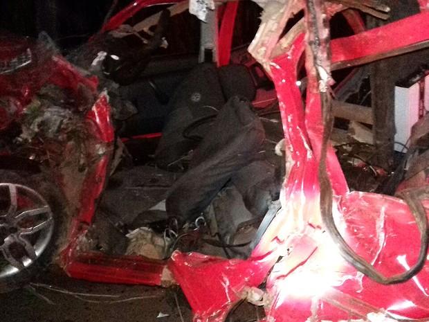 Veículo ficou destruído após choque e capotagem (Foto: Divulgação/PRF-MA)