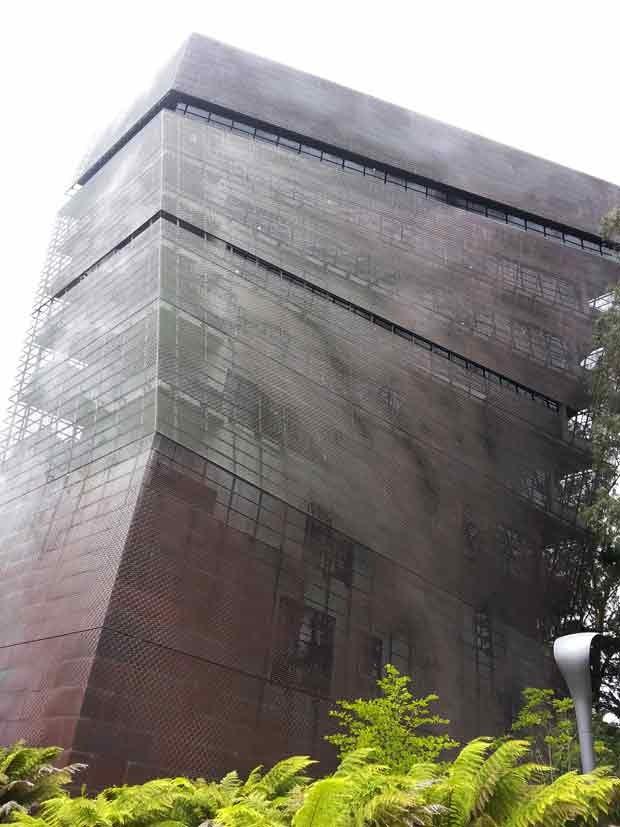 Outro prédio 'bird-friendly', o De Young Museum, em São Francisco, cujas janelas são cobertas por uma tela de cobre perfurada. A 'segunda pele' controla a luz e o calor, além de tornar o vidro mais seguro para pássaros. (Foto: AP Photo/American Bird Conservancy, Christine Sheppard)