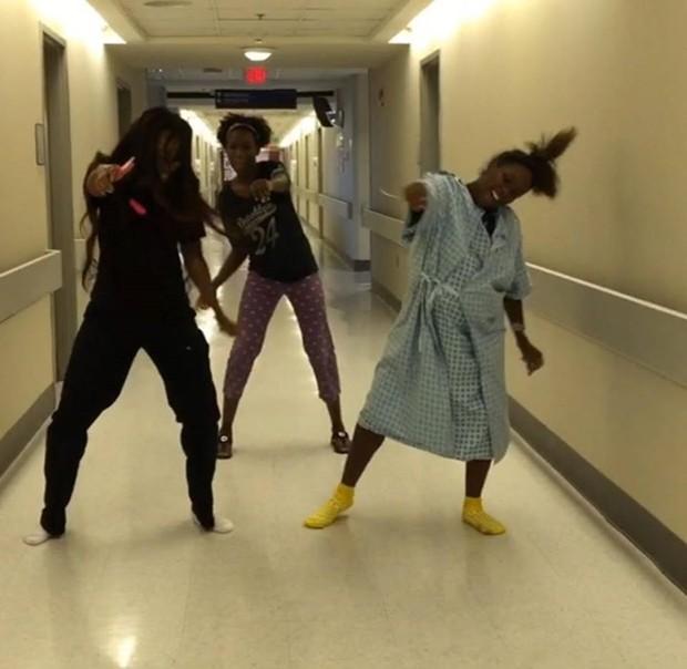 Grávida dança com acompanhantes no corredor do hospital (Foto: Reprodução)