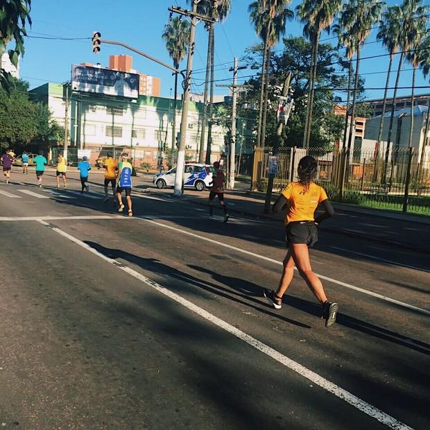 Larissa Gargaro, repórter da Vogue, na 34ª Maratona de Porto Alegre (Foto: Divulgação)