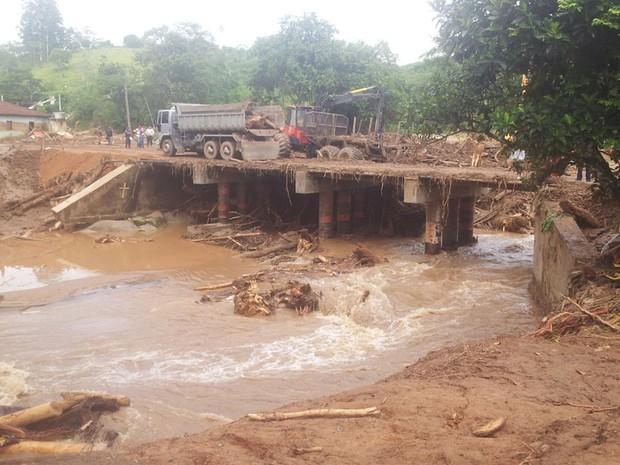Nova ponte servirá para ajudar no transporte de Itaóca (Foto: Rodrigo Martins / G1)