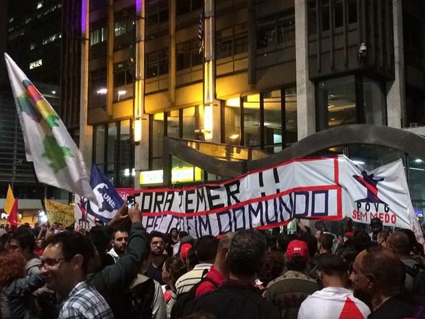 Manifestantes se reúnem em frente ao prédio onde fica o escritório da Presidência na Avenida Paulista (Foto: Livia Machado/G1)