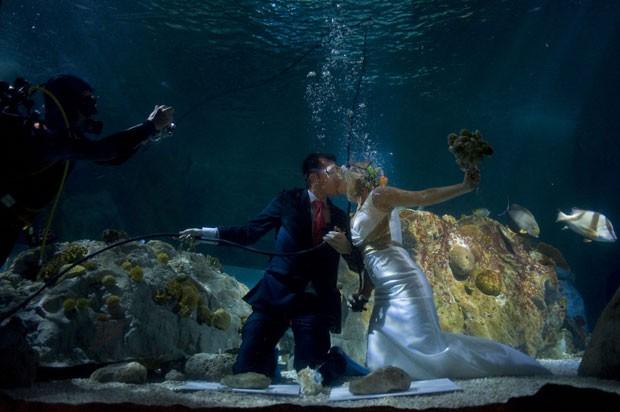 Fran Calvo e Monica Fraile se beijam durante casamento em aquário na Espanha. (Foto: Jorge Guerrero/AFP)